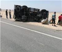 إصابة سائق وعامل في انقلاب سيارة بطريق نجع حمادي- قنا الصحراوي الغربي