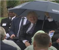 جونسون والمظلة.. لقطة طريفة لرئيس الوزراء البريطاني | فيديو