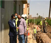 نائب محافظ قنا يتفقد مشروعات الصرف الصحي بقرى قوص