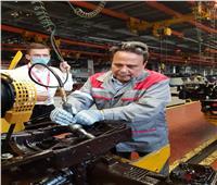 رئيس اتحاد العمال يتفقد مصنع الجرارات الزراعية ببيلاروسيا