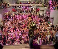 تامر حسني يتسبب في غلق شوارع الساحل الشمالي.. والجمهور:بنحبك يا تيمو