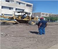 رفع الأتربة أمام مدرسة المنيا الثانوية الزراعية.. وتشجير الطريق