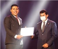 وزير الشباب يكرم طالب بإعلام الأزهر فاز بالمركز الأول في مسابقة إبداع