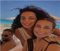 داليا مصطفى تثير الجدل بسبب صورتها مع شقيقتها.. والجمهور يعلق