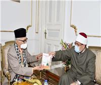 رئيس مجلس علماء إندونيسيا يهدي درع المجلس لـ«جمعة» تقديرًا لجهوده الدعوية