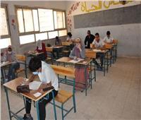 ملاحظو ومراقبو الثانوية العامة يتوافدون على اللجان في أخر أيام الأمتحانات