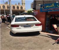 سيارة تقتحم محل بقالة بشارع الأنصارى بدمنهوربعد إصابة قائدتها بنوبة سكر