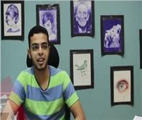 «محمد» يرسم لوحاته بالقلم الجاف.. ويحلم بمعرض عالمي