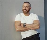 أحمد السقا يمارس رياضة الضغط فوق أكتاف شابين