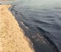 مياه تنظيف تنكات.. البيئة تسيطر على تلوث غطى شاطئ قرية بالسخنة
