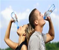 خبيرة تغذية: تناول كميات كبيرة من المياه يحافظ على الجسم والبشرة| فيديو