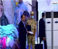 شاهد| الرئيس السيسى يكرم عددا من المشاركين في مشروع الإسكان القومي
