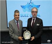 رئيس هيئة قناة السويس يهدي درع القناة لرئيس كتاب مصر
