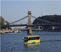 شاهد| أول حافلة عائمة تحصل على رخصة لنقل السياح من اليابسة للماء