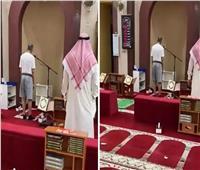 ب«شورت وتي شيرت».. مؤذن يرفع الٱذان «كاجوال» في الكويت | فيديو