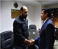 وزير الرياضة يقدم تعازيه لوالد الطفل سيف إسلام