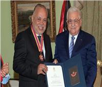الرئيس محمود عباس يقلّد «أشرف زكي» أعلى وسام ثقافي في فلسطين