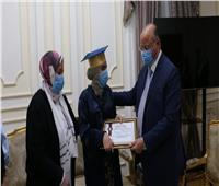 محافظ القاهرة يكرم الطالبة«بطلة الثانوية العامة»