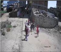 7 أشخاص يضربون سيدة بالعصي ويسحلونها في الغربية بسبب كيس قمامة  فيديو