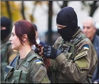 بعد الكعب العالي.. رجال الجيش الأوكراني «كوافيرات» لنسائهم   صورة