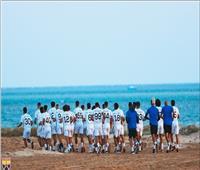 تدريبات شاقة للاعبي الجونة على الرمال إستعدادا للموسم الجديد | صور