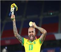 أسطورة البرازيل «داني ألفيس» يقترب من العودة لبرشلونة