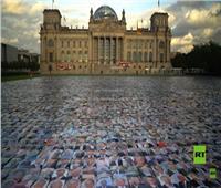 فسيفساء عملاقة لصور سياسيين أمام البرلمان الألماني..فيديو