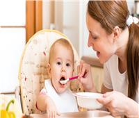 ١٠ أخطاء عند إدخال الطعام للطفل الرضيع