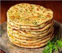 «حلو وحادق».. طريقة عمل «خبز البازلاما» بالبقدونسمن المطبخ السوري