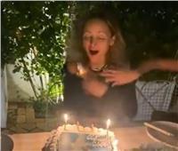 موقف صعب.. احتراق شعر نيكول ريتشي في الاحتفال بعيد ميلادها