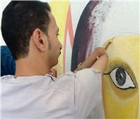 فنان من ذوي الهمم يرسم بفمه وقدميه متحدياً الإعاقة