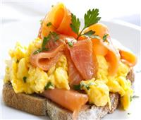 لأكل صحي.. طريقة تحضير بيض مخفوق مع السلمون المدخن للرجيم