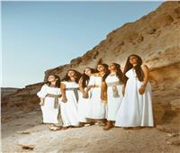 وسط الجبال.. طلاب «طب المنيا» يحتفلون بالتخرج بأزياء فرعونية  صور