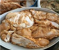 ضبط مواد غذائية مجهولة المصدر داخل مخزن بالتجمع الأول | صور