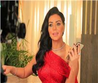 رانيا يوسف تطل على جمهورها بالأحمر.. وتوجه تساؤلاً بخصوص تعطل «فيسبوك»