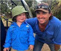 أب يشجع ابنه الرضيع على صيد ثعبان في أستراليا| فيديو