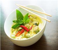 على الطريقة التايلاندية.. طريقة تحضير الدجاج بالكاري الأخضر