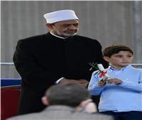طفل إيطالي يهدي شيخ الأزهر «وردة» بمؤتمر السلام في روما