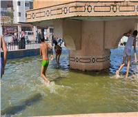 رغم إلغاء الاحتفال بالمولد.. الأطفال يسبحون في نافورة «السيد البدوي» بطنطا