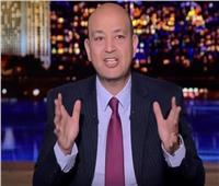 عمرو أديب معقباً علي إزدحام أولياء الأمور أمام المدارس اليوم:«إنتوا بتهزروا؟»