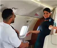 محمد رمضان يرقص داخل طائرة: المضيفة الفرفوشة رزق | فيديو