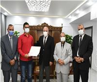 محافظ قنا يستقبل ثاني الجمهورية في شهادة الثانوية العامة بمكتبه لتكريمه