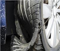 إصابة سائق انفجر في وجهه إطار سيارته بالمنيا