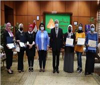 رئيس جامعة المنوفية يكرم الطلاب الوافدين الفائزين في مسابقة أجمل صورة