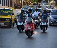 «الداخلية» تطالب قائدي الدراجات النارية والسيارات بارتداء الخوذة والالتزام بالحارات المرورية