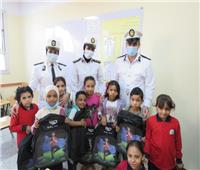 الشرطة توزع حقائب وأدوات مدرسية مجانية على محافظتي القاهرة والجيزة