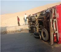 إنقلاب سيارة نقل بطريق الواحات بالجيزة.. صور
