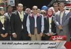 """العاملون بـ""""أنفاق قناة السويس"""" يلتقطون صورا تذكارية مع الرئيس السيسي"""
