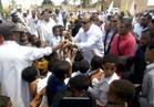 محافظ مطروح يوزع هدايا الرئيس السيسي  السنوية على واحة »قارة أم الصغير«