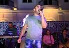 صور| محمود العسيلي يغني أجمل أغانيه في خيمة «باب القصر»